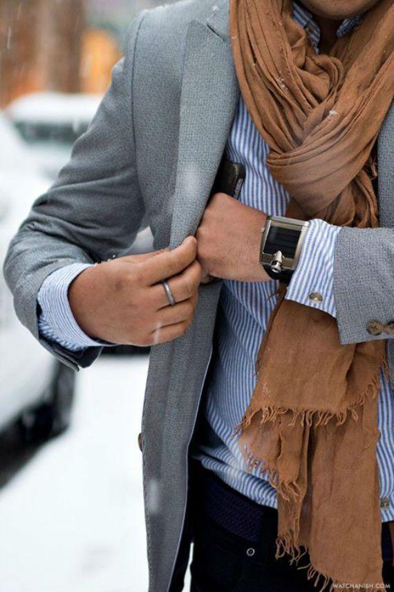 Os homens estilosos não abrem mão do cachecol para dar aquele toque especial às combinações cotidianas, mas existem aqueles que ainda resistem ao acessório, alguns por não saber combiná-lo, o que n…