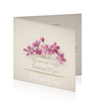 Een mooie verjaardagskaart met paarse bloemen. Ook in 15 x15 cm te bestellen.