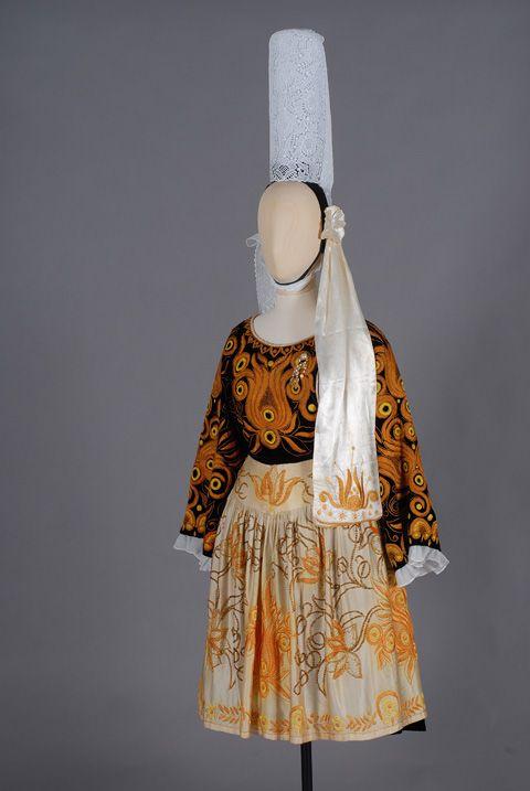 Costume de Plonéour-Lanvern (1946) Costume de mariage confectionné par M. Roussel, tailleur, et père de la mariée ; les broderies ont été réalisées au château de Kerazan à Loctudy. (MDB, 1990.77.1.)