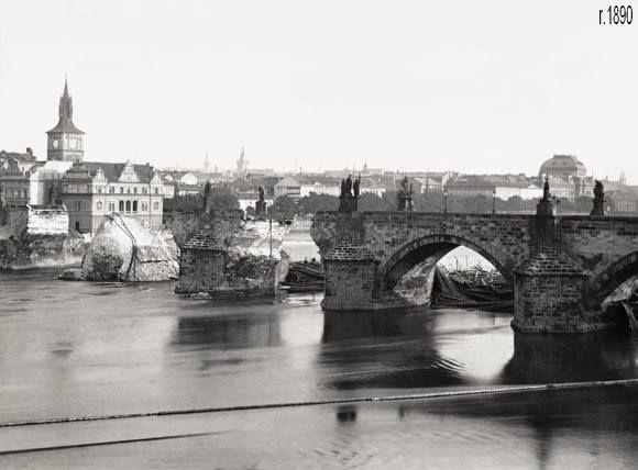 <h3>Povodeň v září 1890 poškodila Karlův most</h3> <p>Obnova zřícené části mostu byla dokončena 19. listopadu 1892. Utopené sochy však byly z Vltavy vyzvednuty přičiněním J. Hlávky teprve v roce 1901