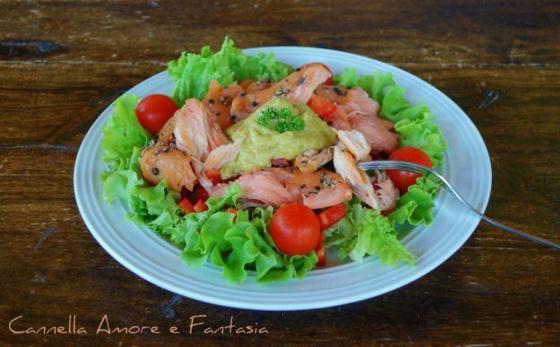 insalata estiva con salmone e guacamole