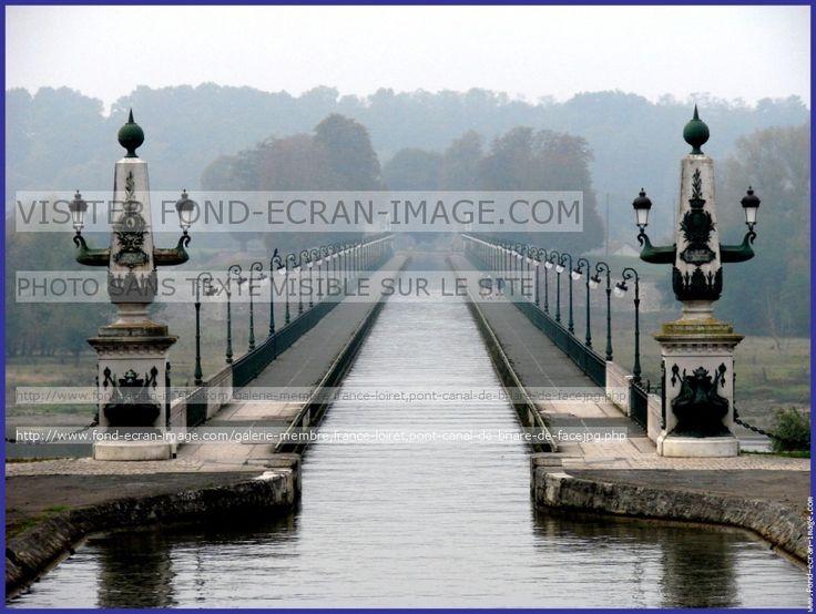 Pont canal de Briare dans le Loiret. - La période d'essor économique et des arts et métiers: Le Canal de Briare reliant la Seine et Loire pour le développement agricole est le 1° canal fluvial en France. D'autres projets sont préparés mais ensuite abandonnés à la mort d'Henri IV