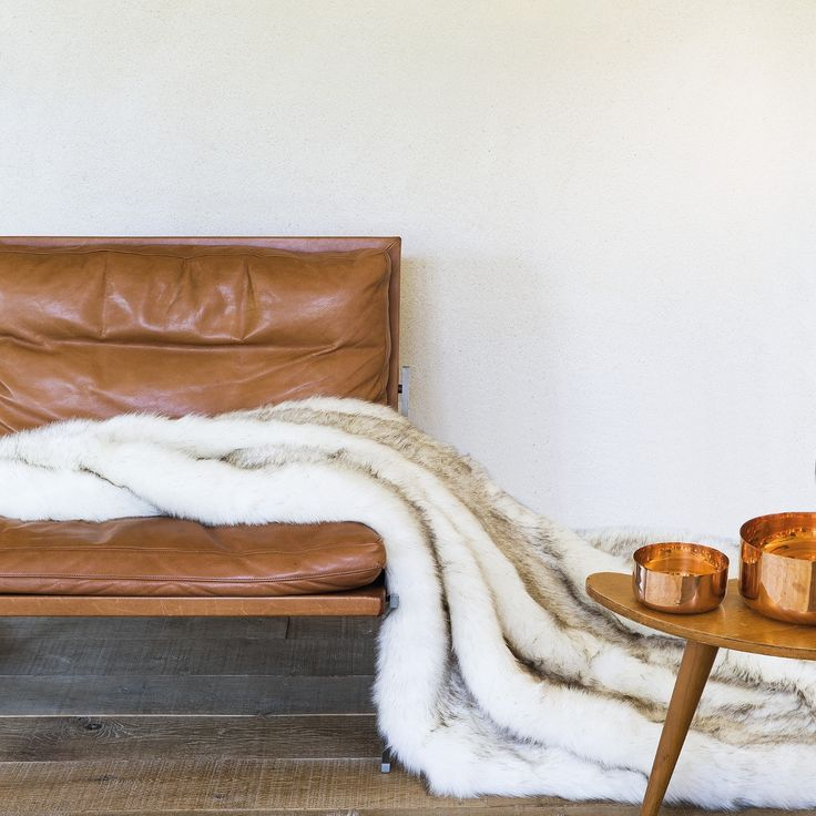 Plaid de luxe écru et marron en fausse fourrure pour passer ma soirée d'hiver au chaud   #plaid #cocoon #chaud #fourrure #déco