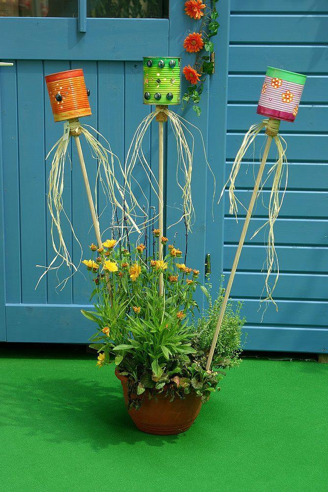 DIY Academy: Leere Blechdosen finden sich in jedem Haushalt. Anstatt sie zu entsorgen, kannst du daraus dekorative Laternen für Balkon und Garten zaubern. ähnliche tolle Projekte und Ideen wie im Bild vorgestellt findest du auch in unserem Magazin