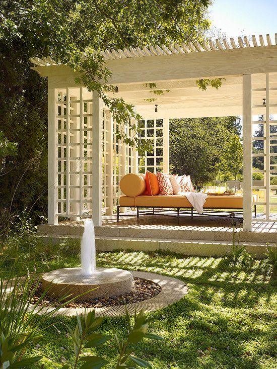En uteplats en bit från huset blir en tillflykt under soliga dagar och en plats att njuta av trädgården.