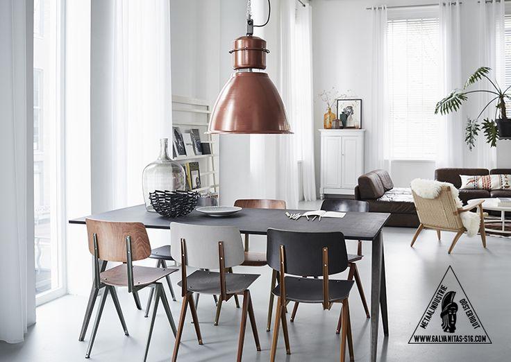 Een compleet nieuw design wat is gebaseerd op de stalen schoolstoel uit de jaren 60. Constructief zijn alle elementen overgenomen, strakke lijnen en de karakteristieke passervormige poten.