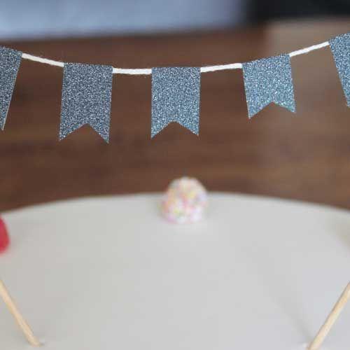 Blauwe glitter taart slinger. Mooie en originele taart topper! Bestel hem op www.Kinderfeest.nu!