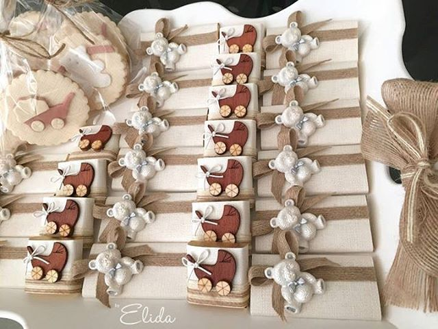 WEBSTA @ by.elida - Neautral colored chocolate and cookie tray for a surprise baby. #decoratedchocolates #babyshowerfavors #decoratedchocolate #babychocolate #babychocolates #newbornchocolates #babygirlchocolate #babyboychocolate