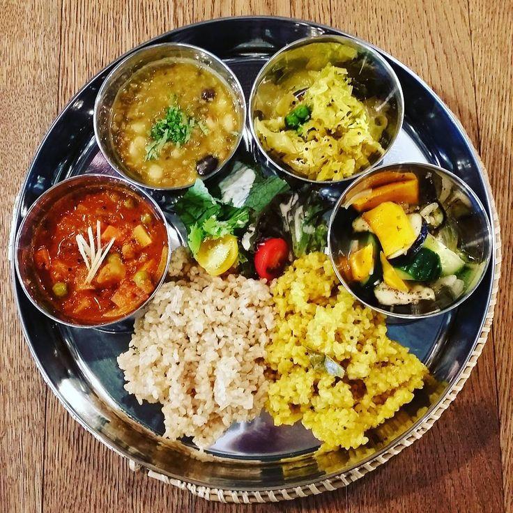 Indian Mini Meals 本日から定番のインドの定食ミニミールス。黒豆、ムング豆、白手亡豆、寅豆の4種の豆が入ったダールカレー、おすすめです。 ライスは七分づき米/玄米プラス、レモンライスがつきます。