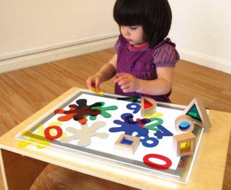 Spelen en ontdekken met regenboogblokken op een lichttafel - http://credu.nl/product/regenboog-blokken/