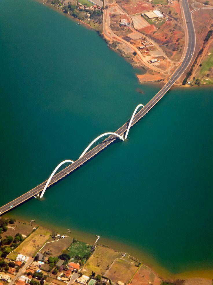 A Ponte Juscelino Kubitschek, também conhecida como Ponte JK, liga o Lago Sul, Paranoá e São Sebastião à parte central de Brasília, através do Eixo Monumental, atravessando o Lago Paranoá.