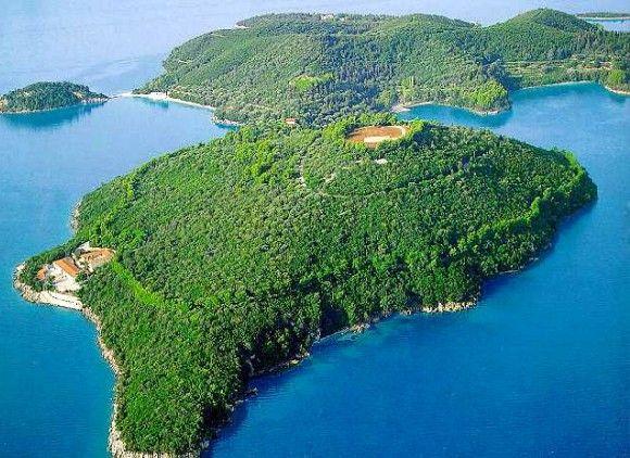 Частный престижный остров, где Аристотель Онассис женился на Джеки, вдове президента США Джона Ф. Кеннеди, был продан более чем за 100 млн. долларов.