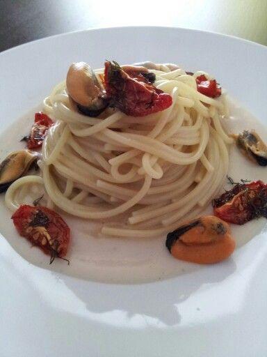 Spaghetti con cozze, crema di fagioli e pomodori confit all'aneto