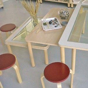 Superfici dei tavoli differenziate per le attività grafiche e di atelier