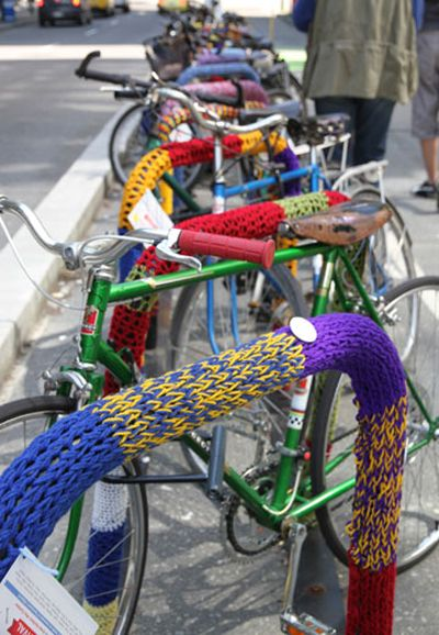 yarn bombed bike racks: Employment Colors, Yarns Bombs Trees, Yarn Bombing, Bike, Art Yarns, Yarns Street, Street Art, Bombs Yarns, Yarnbomb
