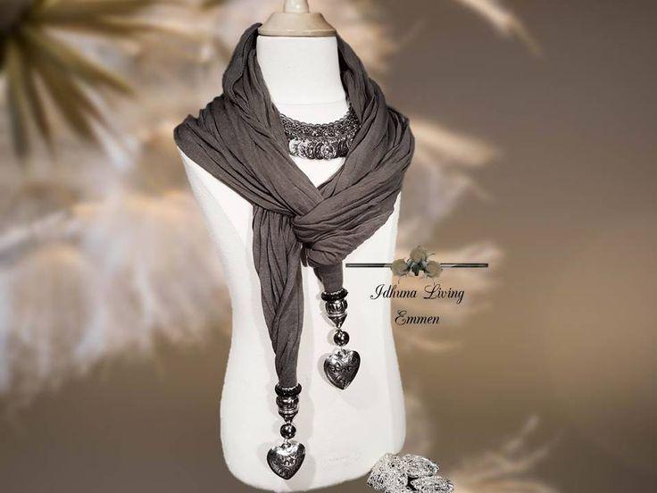 Dames ketting kort zilverkleur met bijpassende grijze sjaal met hartjes