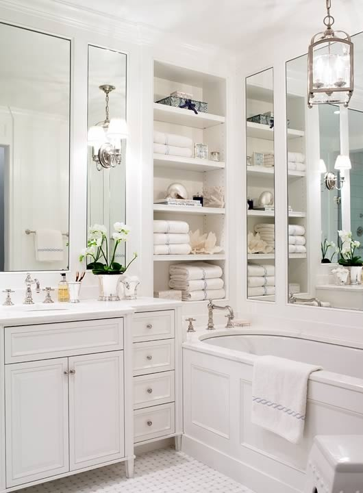 Muy bien organizado, envidiaaaa- forget the organization-I could never keep it that neat. Look at the lighting! Cool mirrors behind cool lights!