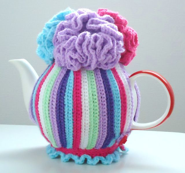 easy peasy tea cosy pattern, I would use different colors. Maybe black, white and grey. PATTERN ON THE RIGHT SIDE BAR CLICK ON IT