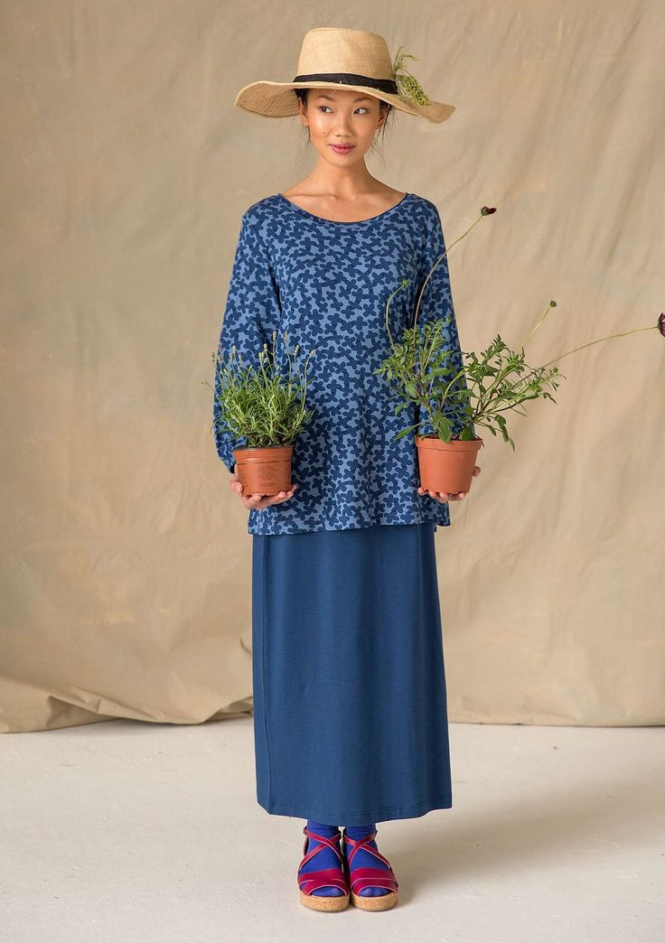 Long straight skirt with lovely drape in our wonderful lyocell jersey. Attractive style with elastic waist and slits at the hem on one side.