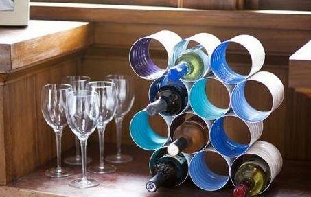 подставка для винных бутылок из жестяных банок