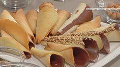 cono dolce di Carnevale. cialda mettendo in una ciotola 100 gr di burro, 100 gr di zucchero a velo, 100 gr di farina e 100 gr di albume d'uovo; mettiamo in un sacco a poche, facciamo dei cerchi in una teglia da forno leggermente imburrata e inforniamo a 170° per 10 minuti. Una volta cotte, arrotoliamo le cialde a dei coni di metallo per fare prendere loro la forma. mettiamo all'interno dei coni del cioccolato fuso.