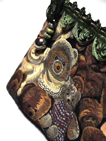 Bolso de mano realizado en tela de ositos, con tira decorativa en color verde. Tirador de piedras y piezas plateadas. http://www.chanchelcomplementos.com/en/shopping/categoria-bolsos/bolso-ositos-detail.html