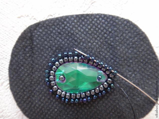 Доброго времени суток:) хочу Вам предложить новый мастер-класс по созданию нарядных длинных серёжек из бисера и пришивных кристаллов. Для работы нам потребуется: материалы: - бисер чешский, гематитового цвета (размер 11) - бисер японский Тохо (размер 15) - пришивные стеклянные кристаллы изумрудного цвета (форма капля и риволи) - натуральная черная замша - пуссеты (гвоздики для сережек) - коеевой…