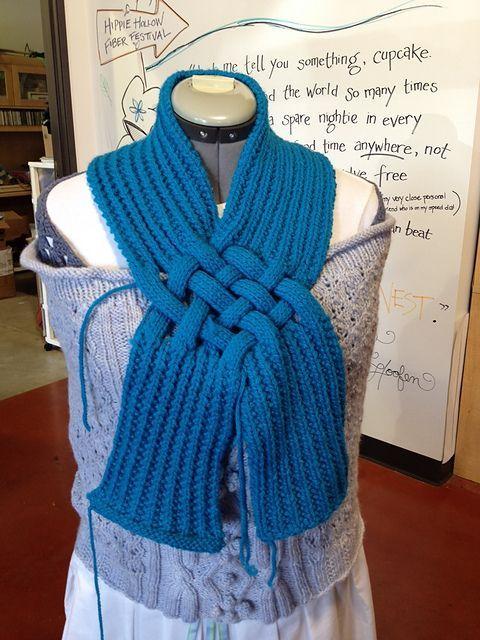 Flettet tørklæde. Her er et meget efterspurgt tørklæde. Det er her strikket i uld på pinde 6, men garnvalg og pindestørrelse er efter egen smag. Det kan varieres på mange måder.