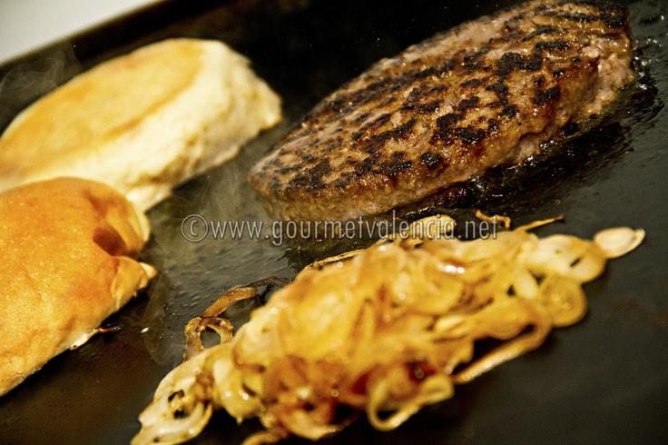 Hamburguesa con queso de cabra y cebollita