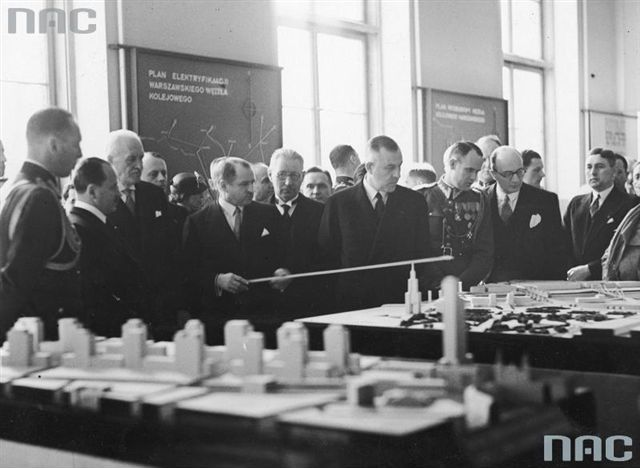 Starzyński objaśnia plan rozbudowy stolicy na wystawie Warszawa przyszłości w Muzeum Narodowym  28 III 1936-r