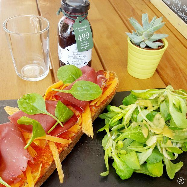 Déjeuner sur la terrasse de l'épicerie fine - comptoir dégustation Mademoiselle Amande : Tartine bresaola, carottes, tomates séchées, mâche et jus de myrtille Granny's Secret Une bonne adresse pour manger le midi à deux pas de chez moi! ;)  #mademoiselleamande #epiceriefine #lunch #dejeuner #terrasse #freshproducts #produitsfrais #bread #tartine #bresaola #driedtomatoes #tomatessechees #carrot #carotte #salad #salade #fruitjuice #jusdefruits #blueberry #myrtille #blog #alinaerium