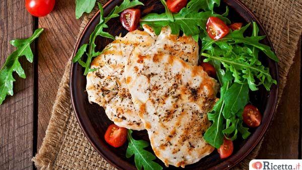 Il petto di pollo è un alimento sano, apprezzato per le proprietà nutritive e per la leggerezza. Ecco 10 ricette facili e veloci per chi vuole mangiare leggero, con pochissimi grassi e calorie. Leggi anche come cucinarli in 4 modi facili e veloci e in 3 modi diversi dal solito. 1- Petto di pollo con olive nere Ingredienti: - 6 petti d