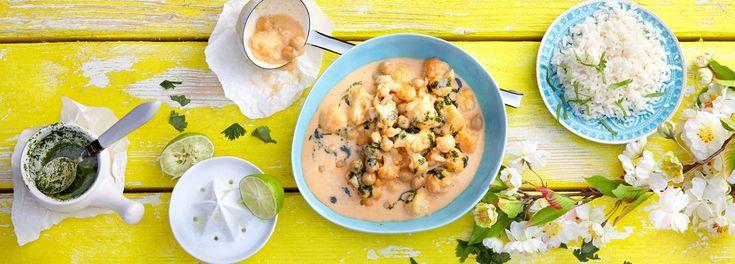 Genießen Sie dieses vegetarische Blumenkohl-Kichererbsen-Curry abgerundet mit Koriander Öl. Mit dem REWE Rezept ist das exotische Gericht schnell zubereitet »»