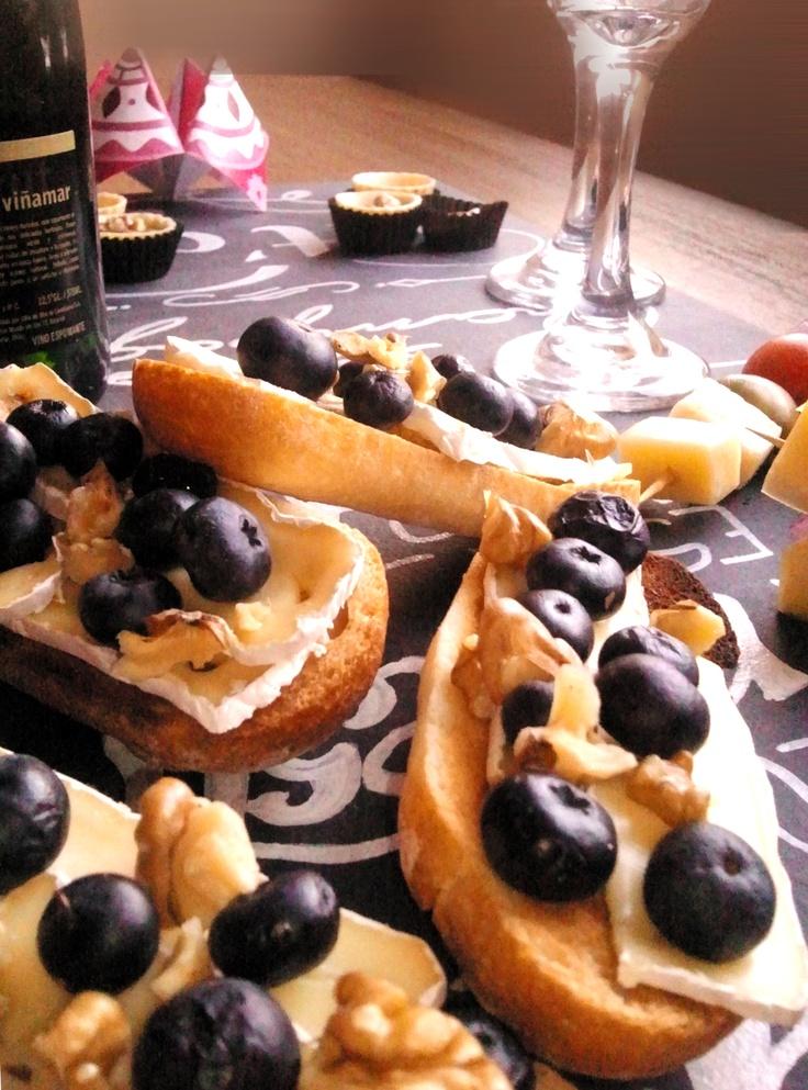 Tostada de pan integral con queso camembert, arándano y nueces mariposas.  www.box.echef.cl