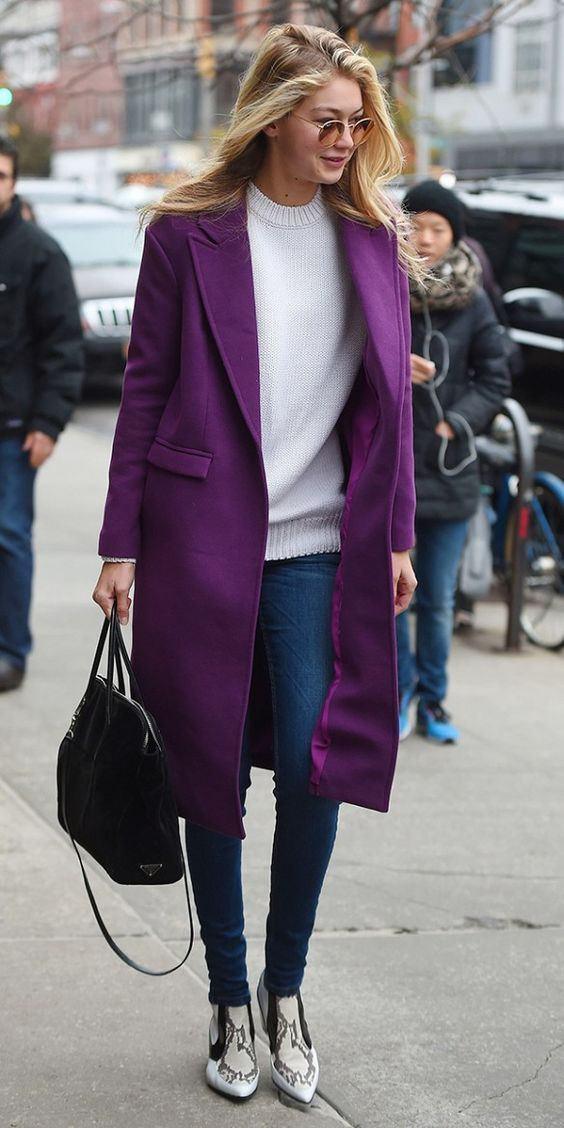 Ultra violet: 11 Looks com a cor eleita pela Pantone para dominar 2018. Gigi Hadid, maxi casaco roxo, suéter creme, calça jeans, ankle boot de animal print