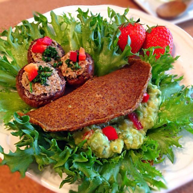 ロータコスとマッシュルームのマリネ。 ロータコスの皮は、ディハイドレーター(食品乾燥機)を使用して作ります。 マッシュルームの詰め物には、軸や松の実に調味料を加えたものを。 - 33件のもぐもぐ - ロータコス&マッシュルームマリネ by HappyRawFood