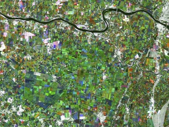 Esta imagem é uma compilação de três imagens de radar do satélite japonês ALOS e mostra o rio Pó, que corre por mais de 650 km de leste a oeste no norte de Itália, sendo o rio mais longo do país. A agricultura é um dos principais usos económicos da Bacia do Pó, devido aos solos férteis, e esta imagem mostra claramente uma paisagem dominada por campos.