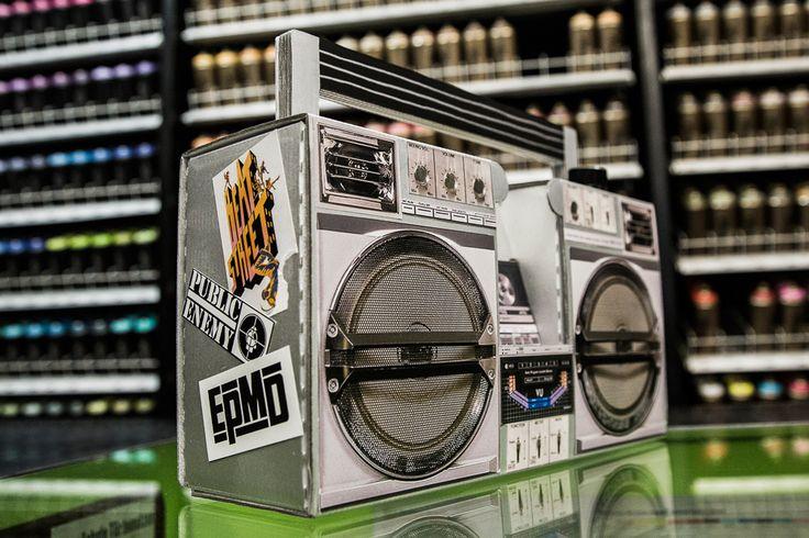"""Un design """"Old School"""" pour une enceinte nomade, originale et ludique. Un soundsystem portable à emmener partout avec vous. La Berlin Boombox Montana est à monter et à illustrer  soi-même pour faire la joie de tous, enfants, ados et parents ! Conçue & fabriquée en Allemagne. Disponible et en stock sur http://www.utileetfutile.fr/studio-axel-pfaendler/2077-berlin-boombox-montana-4260352920111.html"""