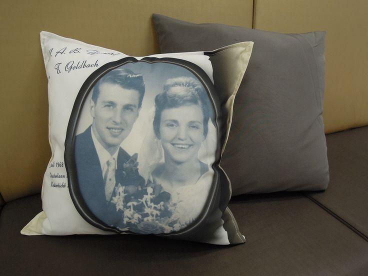 Trouwfoto en trouwkaart op een kussen. Ontwerp en uitvoering door www.detextiel-fabriek.nl