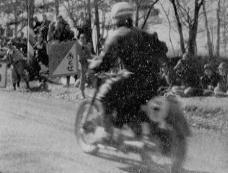350cc 優勝の大村美樹雄(ホンダ)に「おとせ」のサイン  1955浅間高原レース