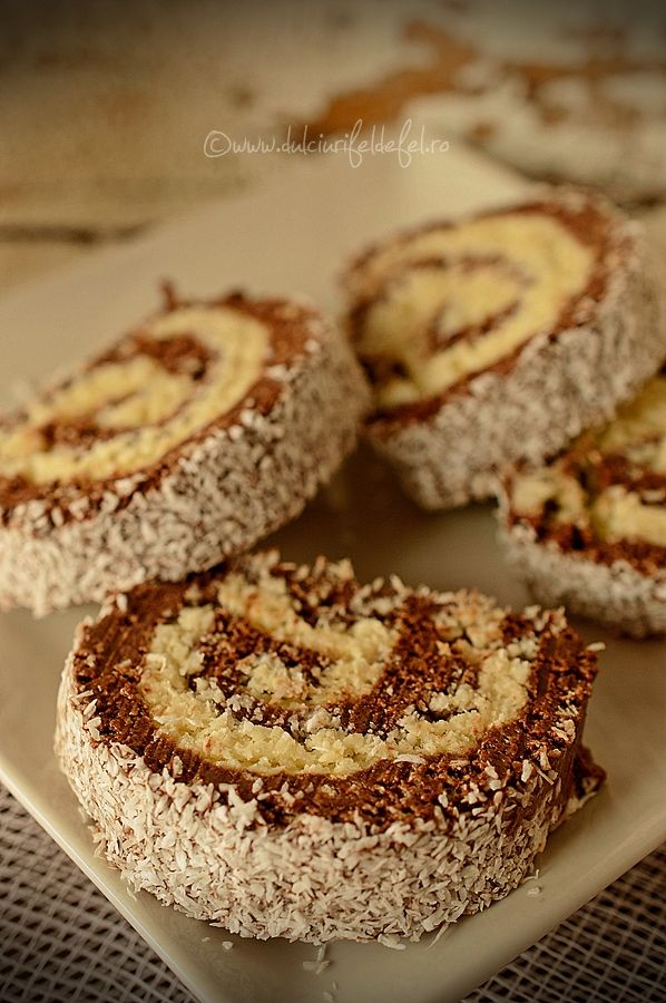 Mod de preparare Rulada de biscuiti cu nuca de cocos: Biscuitii se macina fin, dar e ok sa ramana si bucatele mai mari. Se adauga cacaoa si se amesteca bine. Punem apoi crema de ciocolata, putina esenta de rom si lapte putin cate putin pana obtinem o compozitie legata. In …