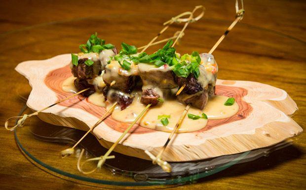 Espetinho de carne ao molho de amendoim picante - Receitas - GNT