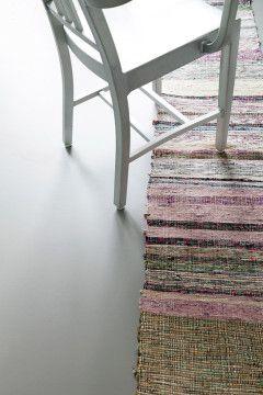 Betonlook Marmoleum (Selected by Piet Boon) Linoleum voor een super gladde / strakke look van je interieur. Betonlook is ook verkrijgbaar als PVC tegel en als naadloos vinyl. Vlakke vloeren zijn sterk, hygienisch en practisch in onderhoudt. Natuurlijk vakkundig gelegd door het team van Schoone WOONwensen.
