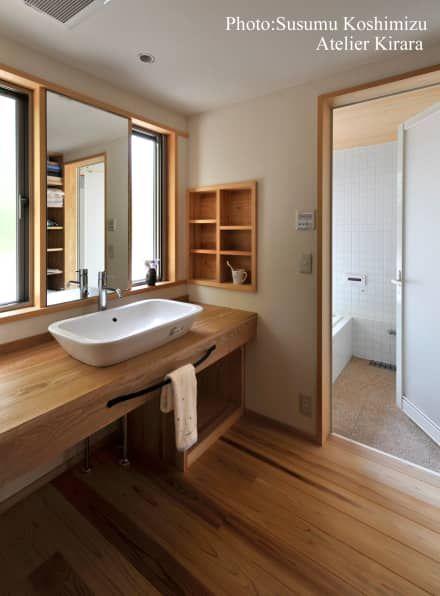 足利の家「素材と景色を楽しむ家」: アトリエきらら一級建築士事務所が手掛けた洗面所/お風呂/トイレです。