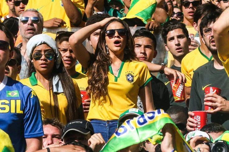 Ela quase não se aguentou! Veja a reação de Bruna Marquezine na arquibancada - Fotos - R7 Copa do Mundo 2014