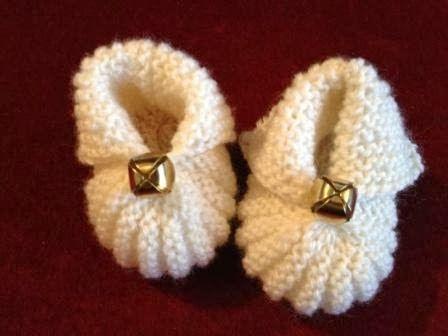 De mignonnes pantoufles pour bébé avec une petite forme de citrouille - explications en français