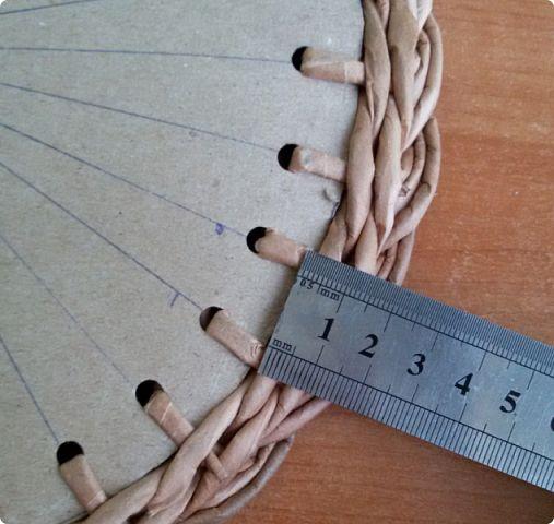 """karton alap вы уже успели заметить, что мне очень нравятся косы в плетении. Долго я любовалась на косу которую сплела Юлия http://stranamasterov.ru/node/1034876 . Как же она хорошо смотрится в круге и в плоскости! Очень мне хотелось поместить такую косу на крышку шкатулки. Но как рассчитать размер картонной заготовки, чтобы крышка села идеально? Решено было """"думать руками"""", как говорит Веточка). Если она такая опытная мастерица не брезгует тре..."""