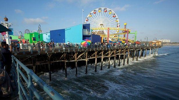 ビーチサイドを歩いていくと、板張りの桟橋の先にごてごてと飾り立てられ、笑い声の絶えない遊園地に行きあたります。サンタモニカピアは、100 年以上の歴史を持つロサンゼルスの人気観光スポットです。