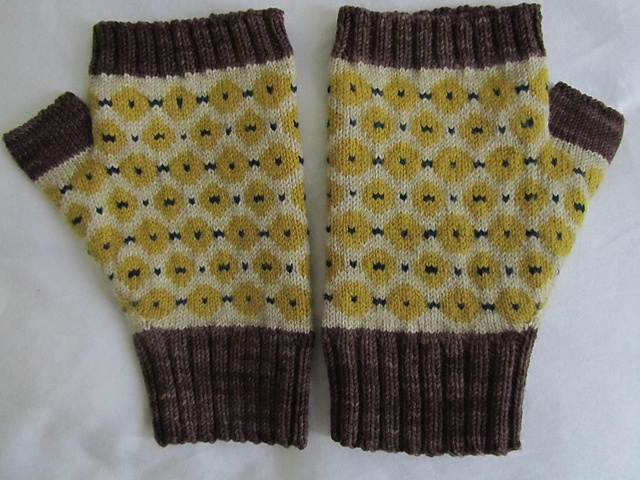Ravelry: tillybuddy's Dots and dashes fingerless mittens