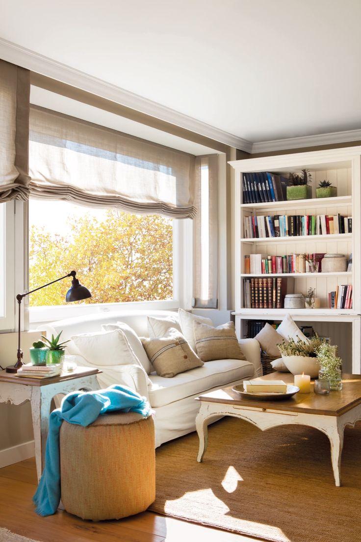 0442. sofa y libreria blanca en una sala de estar acogedora
